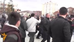 Policia shpërndan protestuesit