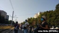 România -- București, stație de așteptare a transportului public, pasageri cu mască, 16Jul 2020