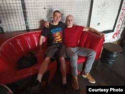 Иван Асташин с художником Станиславом Таничевым, который иллюстрировал его статьи