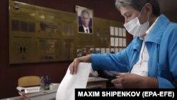 Жена гласа на референдумот во Русија