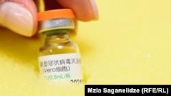 Ампула с вакциной от коронавируса китайской компании Sinopharm.