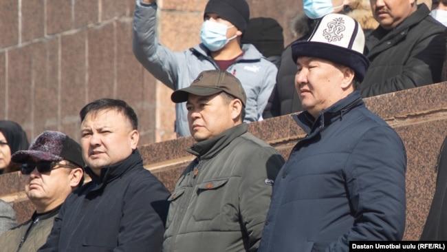 Депутаты на митинге в поддержку Райымбека Матраимова. 28 февраля 2021 года.