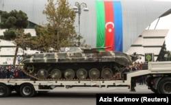 Az örmény csapatoktól elkobzott katonai eszközöket is felvonultatták, mint például ezt a páncélozott járművet.