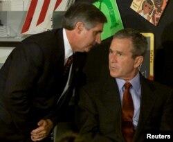 Джорджу Бушу сообщают об атаках на Всемирный торговый центр во время его встречи с учениками начальных классов