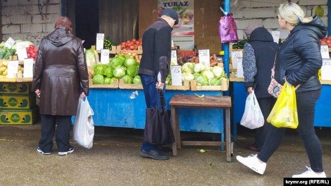 Пенсионеры – основные покупатели на недорогом рынке сельхозпродукции