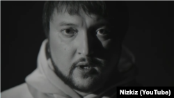 Вакаліст гурту Nizkiz Аляксандар Ільін. Кадар з музычнага відэа «Блізка»