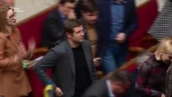 Словесна перепалка в Раді: «Слуги народу» блокують трибуну, «ЄС» кричить: «Ганьба» – відео