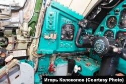 """Ту-22М3 из музея в Монино. В центре кадра – переключатель """"принудительного покидания"""" слева от места командира корабля. Два тумблера закрыты защитным колпаком, который законтрован проволокой."""
