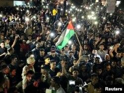 Gaza City: mulțime pe străzi, după ce s-a anunțat acordul de încetare a luptelor, 20 mai 2021.