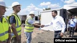 Премиерот Зоран Заев со работници на стартот на изградбата на браната на река Отиња во Штип.