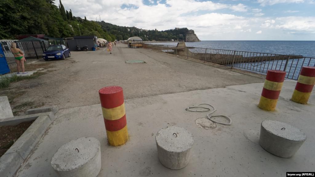 Бетонний заслін автотранспорту над пляжем санаторію «Карасан»