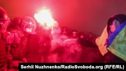 УКіеве каля офіса прэзыдэнта Ўкраіны пратэстуюць тысячы грамадзян. Адбыліся сутыкненьні