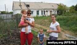 Жители города Акколь Радик Валиев и Марина Белова с детьми. Акмолинская область, 6 августа 2021 года
