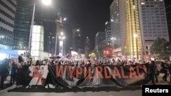 Акция протеста в Польше против решения Конституционного трибунала почти полностью запретить аборты. Варшава, 22 октября 2020 года.