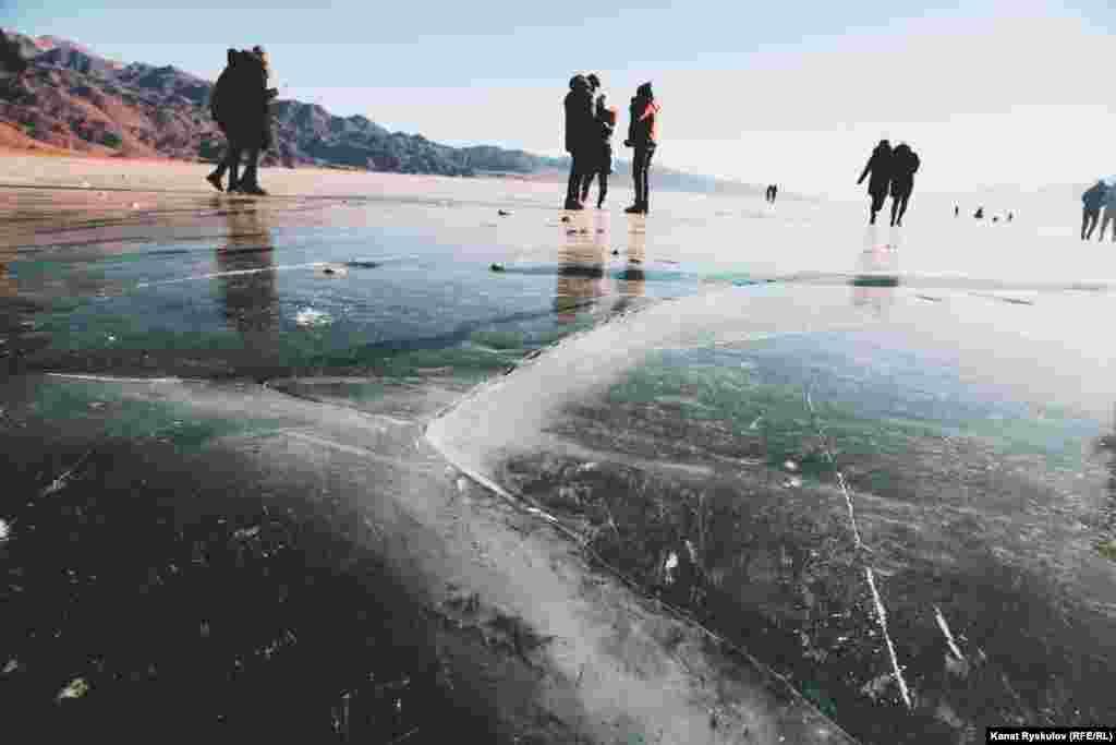 Лед здесь довольно толстый, но местами он растрескивается под ногами, проверяя зевак на бдительность.