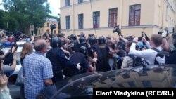 Задержания активистов у здания суда