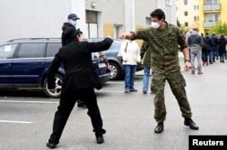 Тренчин, Словакия. Военный и местный житель приветствуют друг друга в очереди на тестирование. 31 октября 2020 года. Фото: Reuters