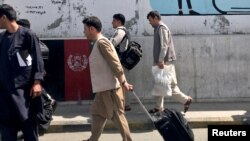 Пассажиры в аэропорте в Кабуле. Иллюстративное фото.