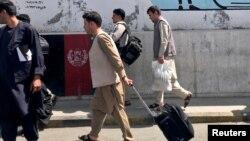 Кабулдун аэропортундагы жүргүнчүлөр. 15-август, 2021-жыл.
