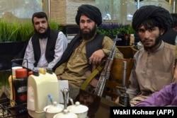Талибы в одном из ресторанов Кабула, 26 августа 2021 года.