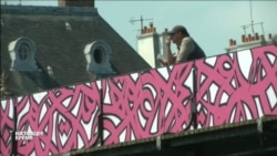 Франко-тунисский художник eL Seed нарисовал граффити на Мосту Искусств в Париже