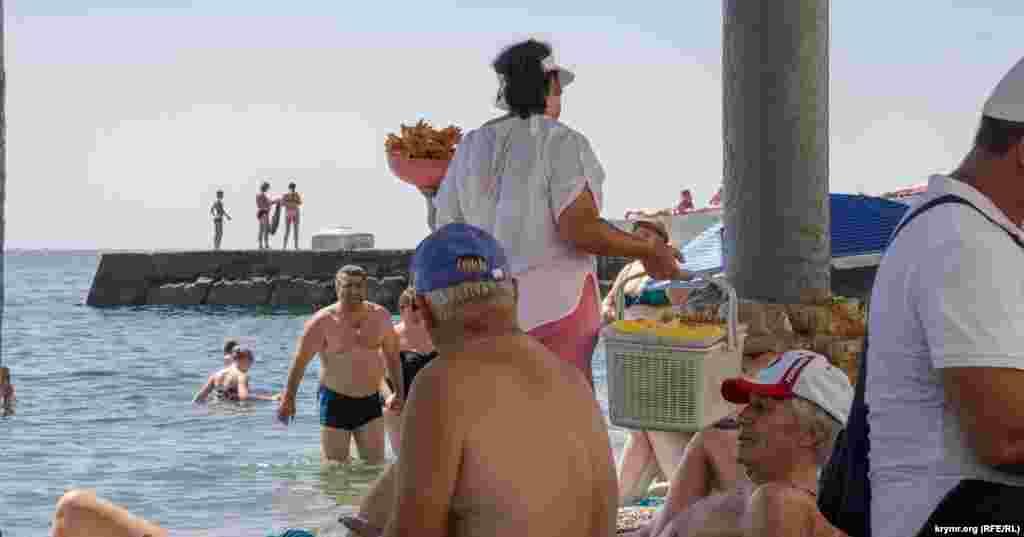 Традиційна медова пахлава на алуштинському пляжі за 100 рублів (37 гривень)