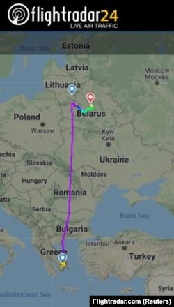 Egy mobilalkalmazás mutatja az Athénból induló és Vilniusba tartó gép földre kényszerített gép útvonalát.