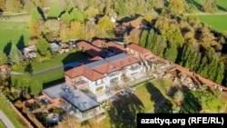 Имение във Великобритания, купено от зетя на Назарбаев за 30,1 млн. долара. Имотът е бил собственост на принц Андрю, който го е получил като подарък от майка си кралица Елизабет II. Продаден е през 2007 г.