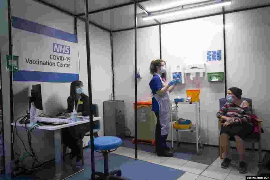 Женщине сделали первую из двух прививок вакцины Pfizer/BioNTech против COVID-19 в больнице Гая в Лондоне. Великобритания, 8 декабря 2020 года