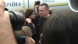 Сенцов дав перший коментар після прильоту та поговорив з мамою – відео