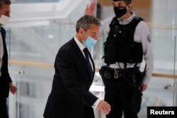 Мурдагы президент Николя Саркози Париж сотунда. 2021-жылдын 1-марты.
