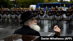 Rafael Shaffer, rabinul șef al evreilor din România, își ține discursul de Ziua Națională a Comemorării Holocaustului din România, la monumentul victimelor sale din București, 9 octombrie 2020