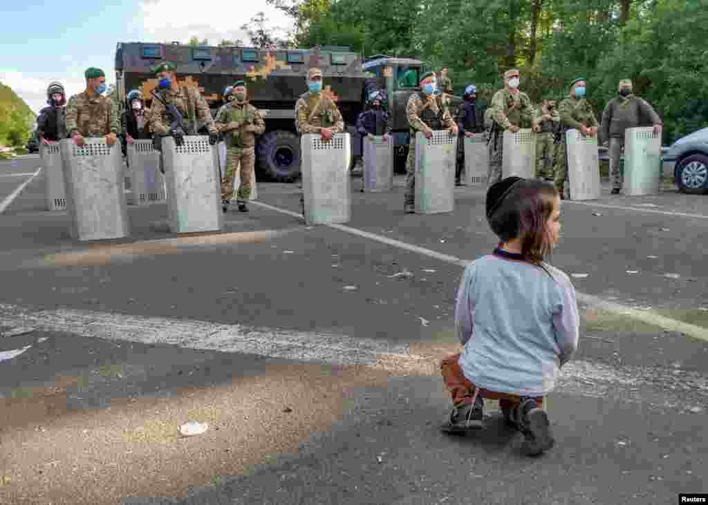 УКРАИНА - Украина денеска остро ги предупреди еврејските аџии кои со денови се блокирани на нејзината граница, дека нема да им дозволи влез во земјата поради рестрикциите за спречување на ширењето на коронавирусот.