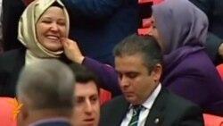 У Туреччині депутати-жінки вперше прийшли на сесію в мусульманських хустинах