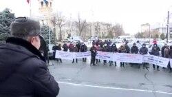 """""""Работать должны молодые"""". Митингующие в Бишкеке требуют отставки нового мэра – третьего за три дня"""