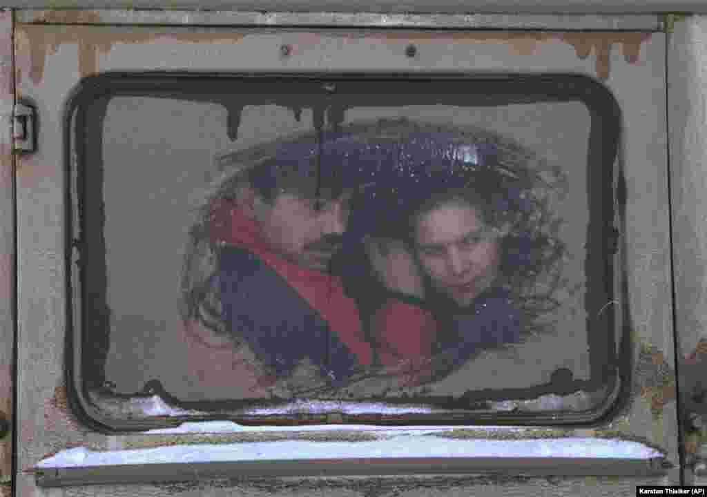 22 января 1995 года. Чеченская пара уезжает из Грозного. В тот период разрушенную столицу Чечни каждый день покидали десятки беженцев – на автобусах, машинах и даже пешком.