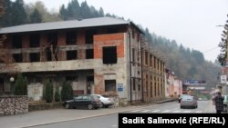Odlazak mladih, neasfaltirane ulice, nepostojanje adekvatnih trgovina, nezavršeni infrastrukturalni projekti, problemi su sa kojima se Srebreničani suočavaju posljednjih 20 godina. (Na fotografiji nekadašnje kino i pozorište u Srebrenici, novembra 2020.)