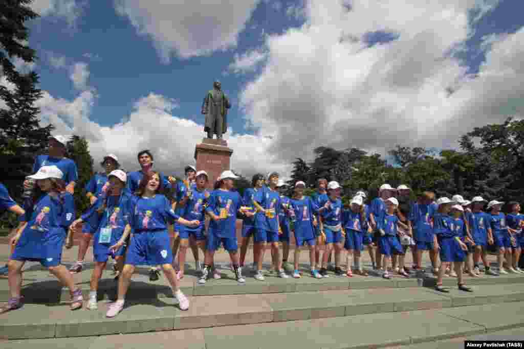 У 2010 році в «Артеку» вперше пройшов Міжнародний конкурс молодих виконавців популярної музики «Дитяча Нова хвиля». На фото – учасники Міжнародного конкурсу молодих виконавців популярної музики «Дитяча Нова хвиля» 18 серпня 2012 року