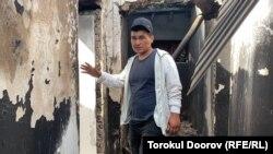 Житель села Максат показывает разрушенный дом. 3 мая 2021 года.