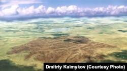 На месте падения ракеты-носителя «Протон» в 1999 году сгорело несколько квадратных километров степи. Фото Дмитрия Калмыкова.