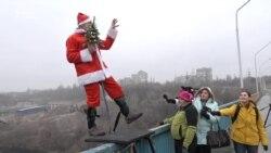 На честь Нового року запоріжці стрибали з мосту (відео)