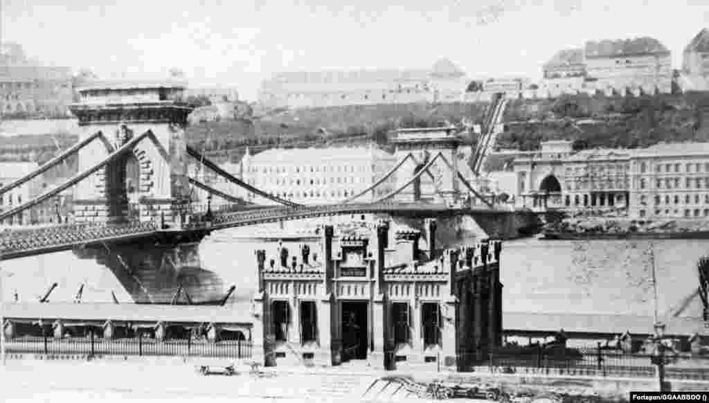 A teherhajó-kikötő vámhivatali épülete a Széchenyi Lánchíd pesti hídfője mellett. A felvétel 1873 körül készülhetett.