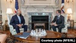 دیدار انتونی بلینکن، وزیر خارجه امریکا (راست) با زلمی خلیلزاد، نماینده ویژه امریکا برای صلح افغانستان