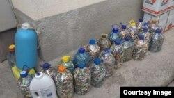 Acumulatorii uzați colectați în stânga Nistrului sunt păstrați în sticle de plastic acasă la unul dintre voluntarii organizației ecologice Eco Transnistria