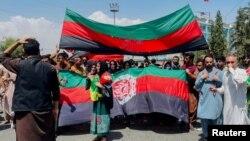 Афганистанци развяват в четвъртък националното си знаме, което талибаните не приемат