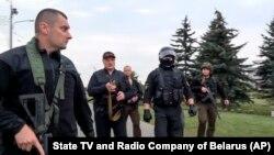 Ինքնաձիգով զինված Ալեքսանդր Լուկաշենկոն նախագահի առանձնատան տարածքում, Մինսկ, 23 օգոստոսի, 2020թ.