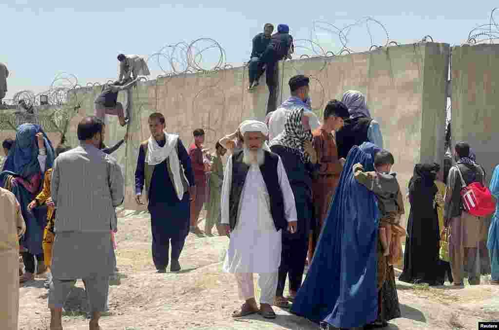 """Хора се опитват да влязат на територията на международното летище """"Хамид Карзай"""" в Кабул."""