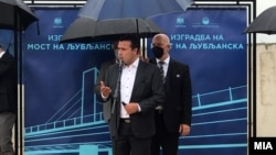 """Премиерот Зоран Заев на увидот во изградбата на мостот на """"Љубљанска"""" во Скопје"""