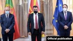 Премиерот Зоран Заев се сретна со португалскиот министер за надворешни работи Аугусто Сантош Силва (Л) и еврокомесарот за проширување Оливер Вархеји (Д) во Скопје на 21 мај 2021