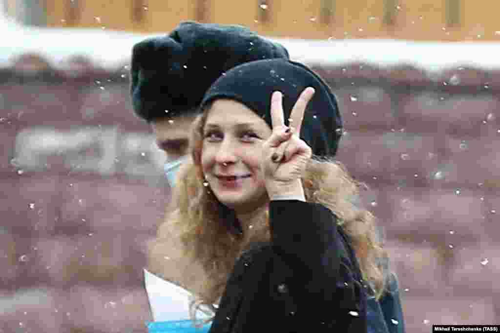 РУСИЈА - Московскиот суд денеска донесе пресуда со која ја осуди на 15 дена затвор членката на руската група Пуси Рајот, Ника Никулшка, под обвинение дека не почитувала полициски наредби. Никулшка беше осудена откако одбила да оди во полициска станица на распит.